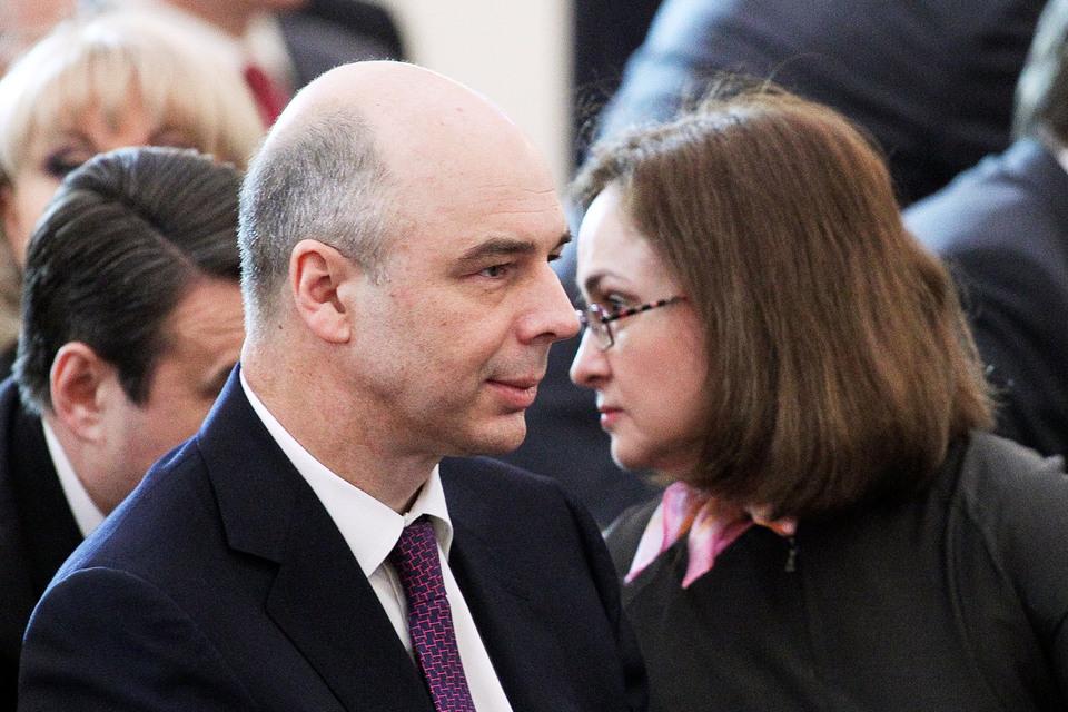Председатель ЦБ Эльвира Набиуллина (справа) и министр финансов Антон Силуанов  наскребли денег для провинциалов