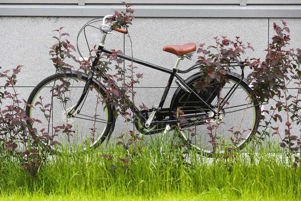 Выглядит велосипед благородного черного цвета с хромом и кожей дорого и элегантно