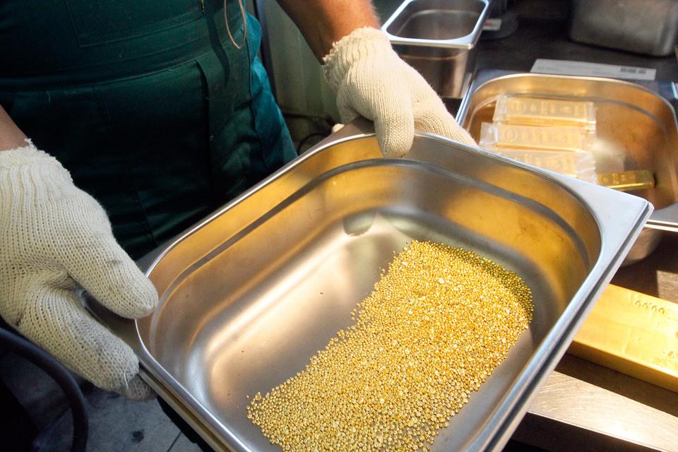 Цена на золото держится на пятилетнем минимуме