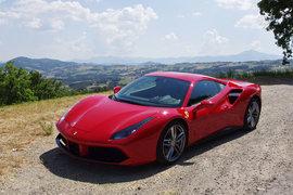 Вот он, феномен Ferrari: в эффектную обертку дорогой игрушки итальянцы заворачивают кусочек чистого автоспорта, способного навсегда поменять представление о пределах скорости и возможностях машины