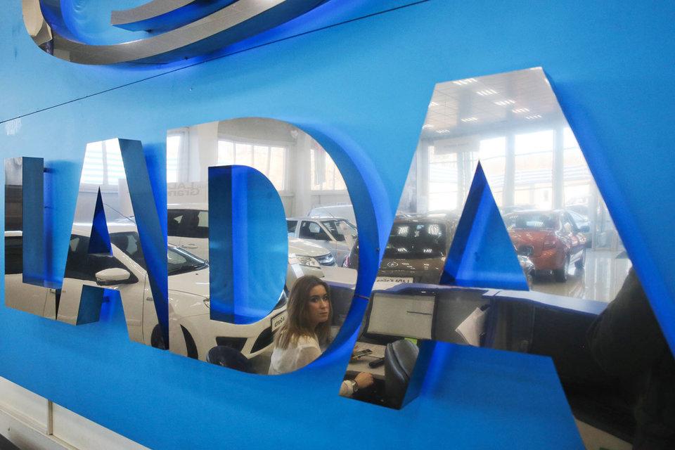 Сейчас Lada Granta, самая популярная модель на российском рынке, стоит от 332 000 руб., указано на сайте компании