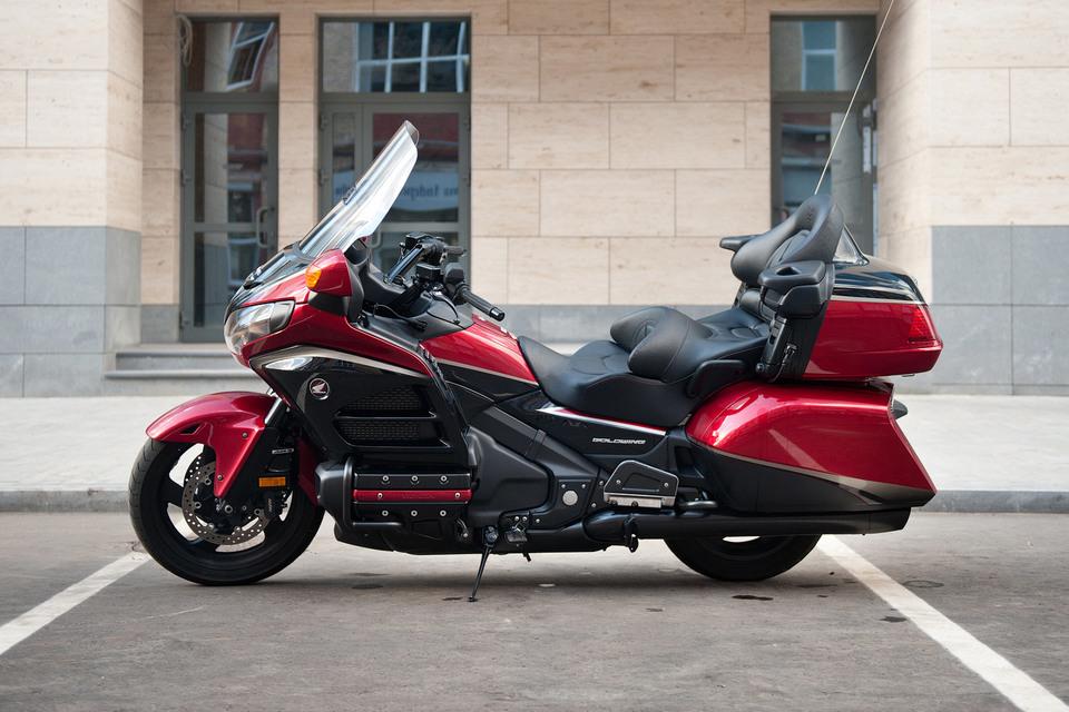 Дизайнеры Honda похоже считают, что лучшее – враг хорошего. Последние пятнадцать лет экстерьер мотоцикла менялся косметически. Но в целом все то же: основательность, тяжеловесность, мощь