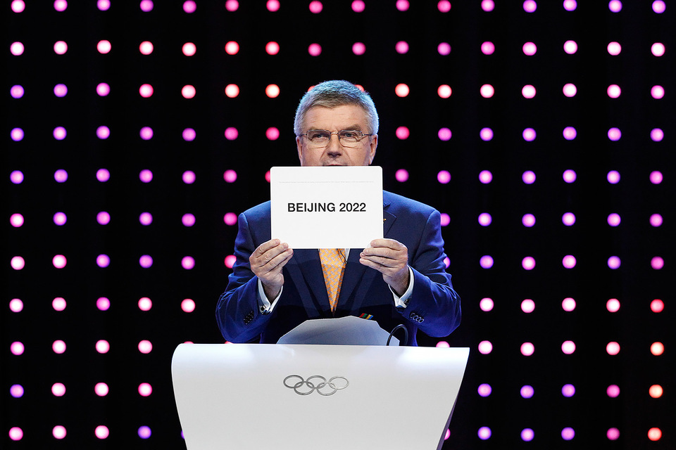 Президент МОК Томас Бах достал из конверта название города-победителя