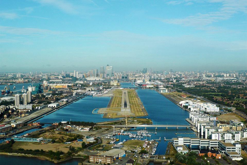 У аэропорта только одна взлетно-посадочная полоса, и он предназначен для самолетов с короткими взлетом и посадкой