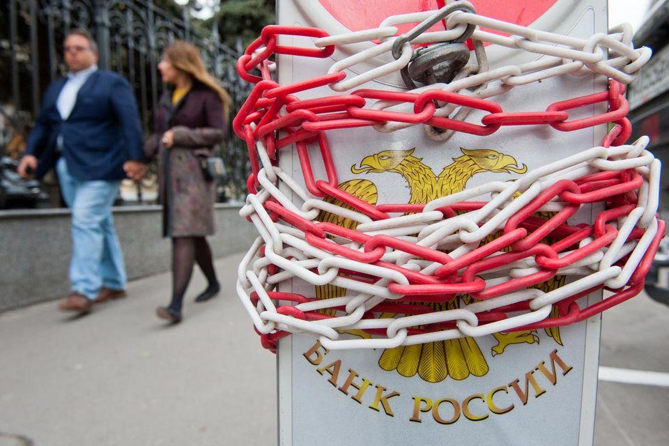 В пресс-релизах ЦБ объясняется, что эти два фонда нарушали требования в части распоряжения средствами пенсионных накоплений, а также не исполняли предписания Банка России