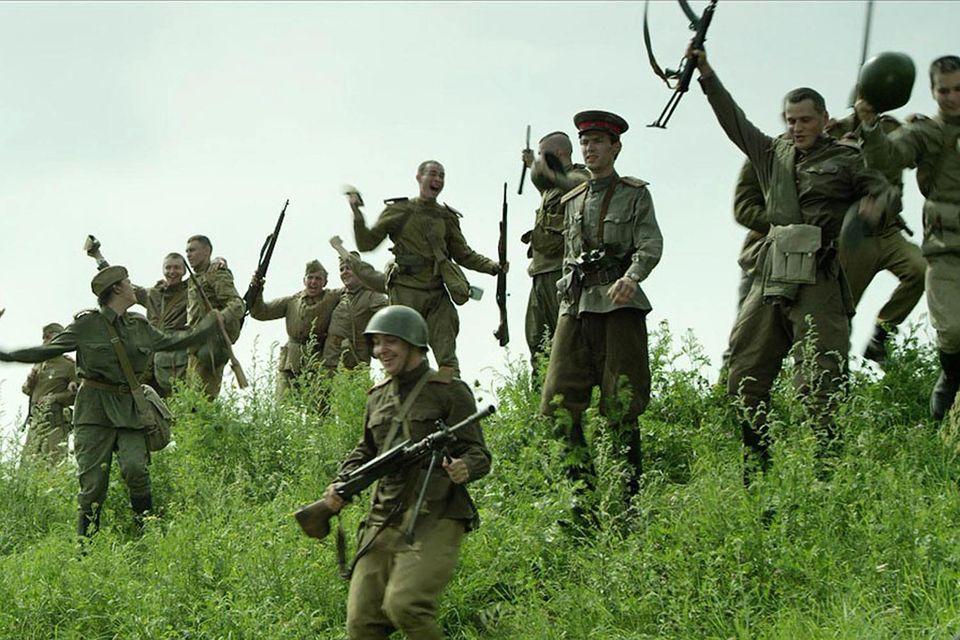 В фильме «В далеком сорок пятом... Встреча на Эльбе» русские и американцы совместно накладывают санкции на Германию