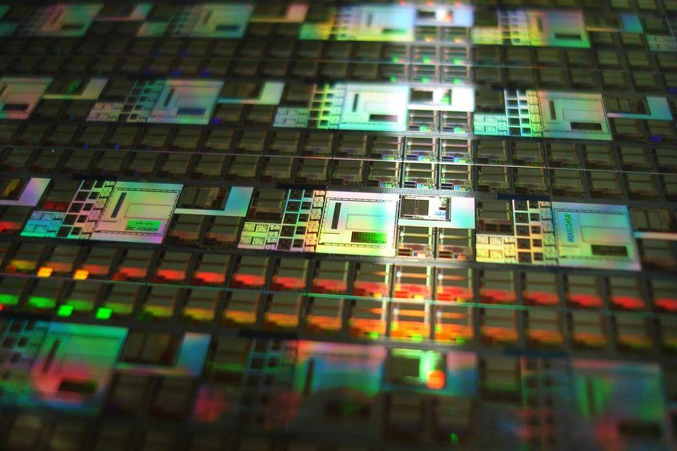Приказ Минэкономразвития № 155 предусматривает 15%-ные преференции при госзакупках IT-товаров: это не только электронные компоненты, но и ноутбуки, разнообразные «вычислительные машины» и детали для них