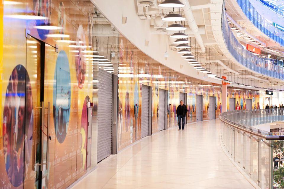 Снижение посещаемости в торговых центрах связано как раз с ростом курса доллара и падением цены на нефть, уверен президент Watcom Роман Скороходов