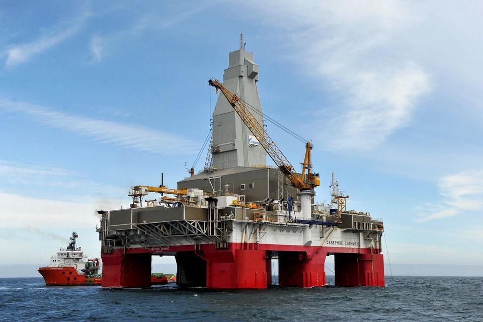 Южно-Киринское входит в проект «Газпрома» «Сахалин-3» (на фото полупогруженная плавучая буровая установка «Северное сияние» на Южно-Киринском месторождении)