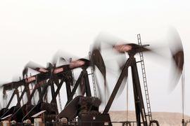 По оценкам экономистов, американским нефтяникам необходимо сократить добычу минимум на 500 000 баррелей в день, чтобы исчез избыток предложения