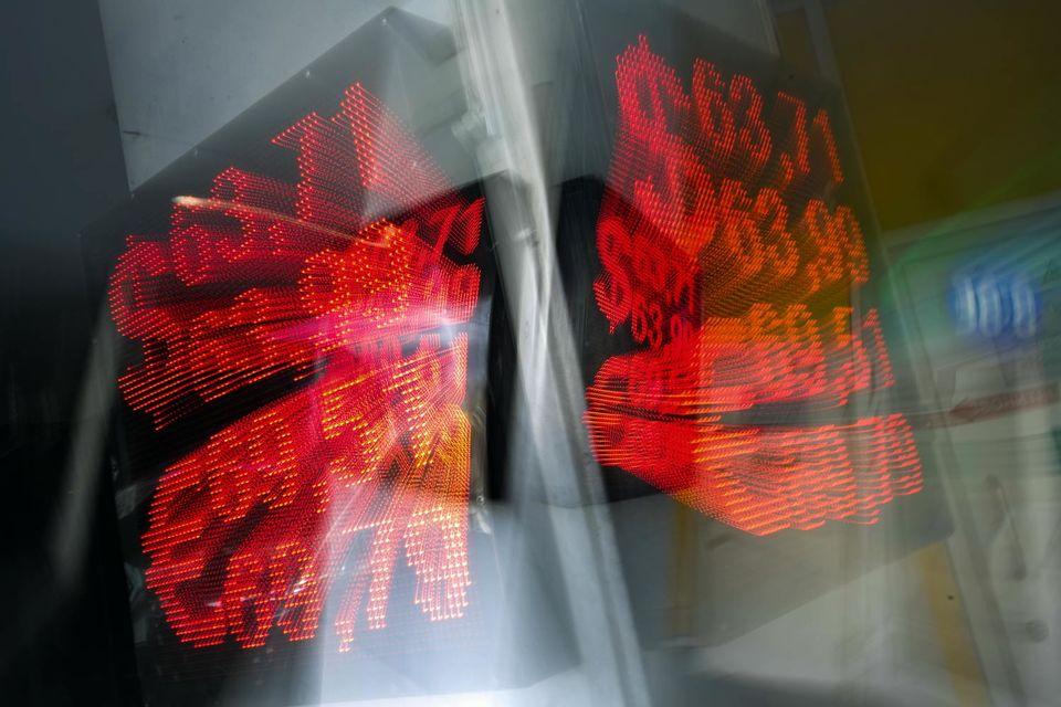 Аналитики связывают ослабление рубля прежде всего с продолжающимся падением цен на нефть