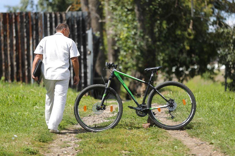 Красивый велосипед привлекает взгляды прохожих