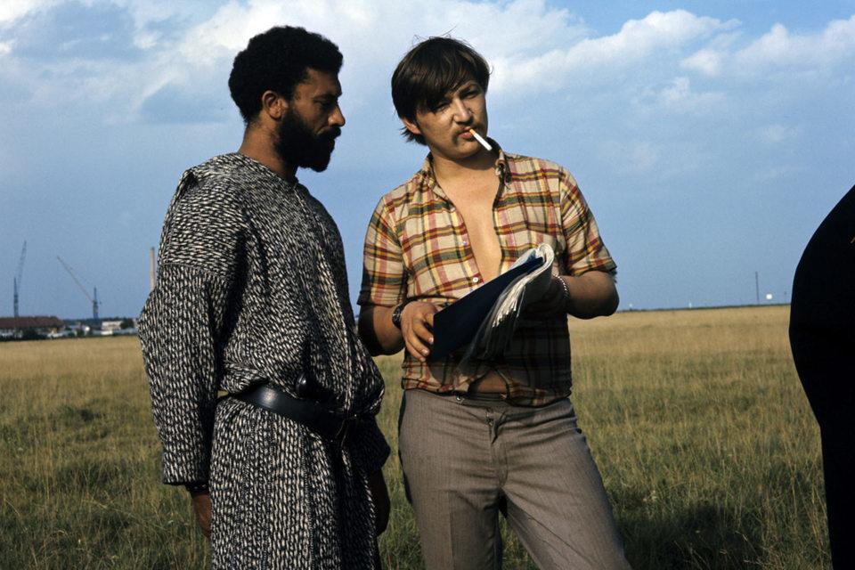 Райнер Вернер Фассбиндер (справа) и актер Эль Хеди на съемках фильма «Продавец четырех времен года»