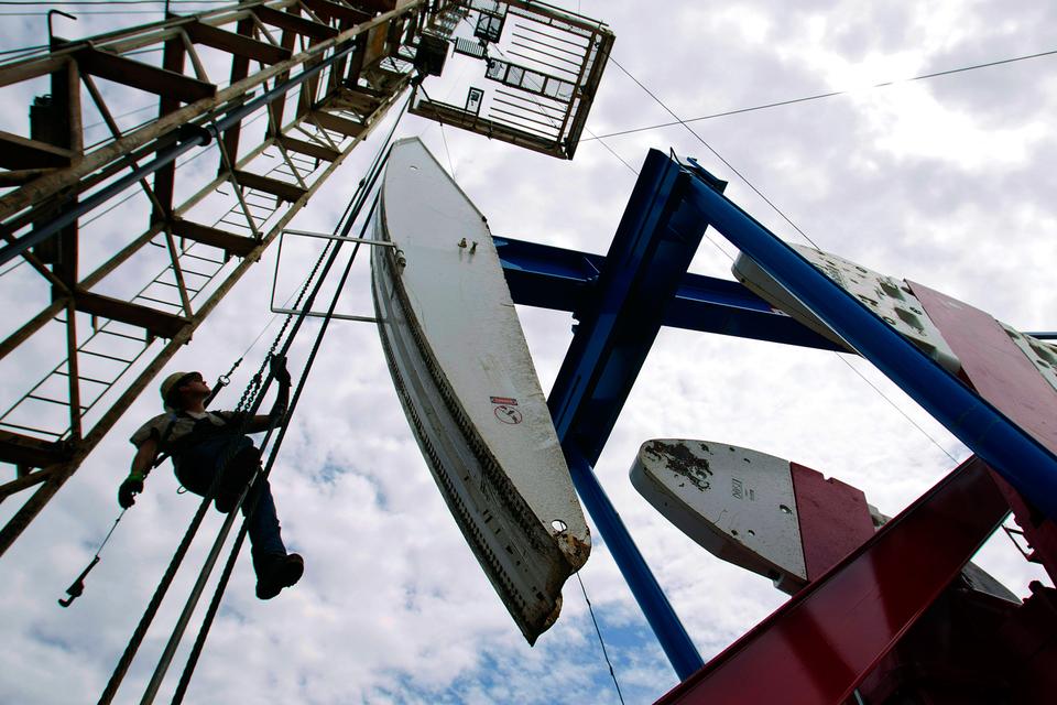 Цены на нефть упали более чем на 25% с пикового уровня 2015 г., отмеченного в июне, обозначив «медвежий» тренд на нефтяном рынке