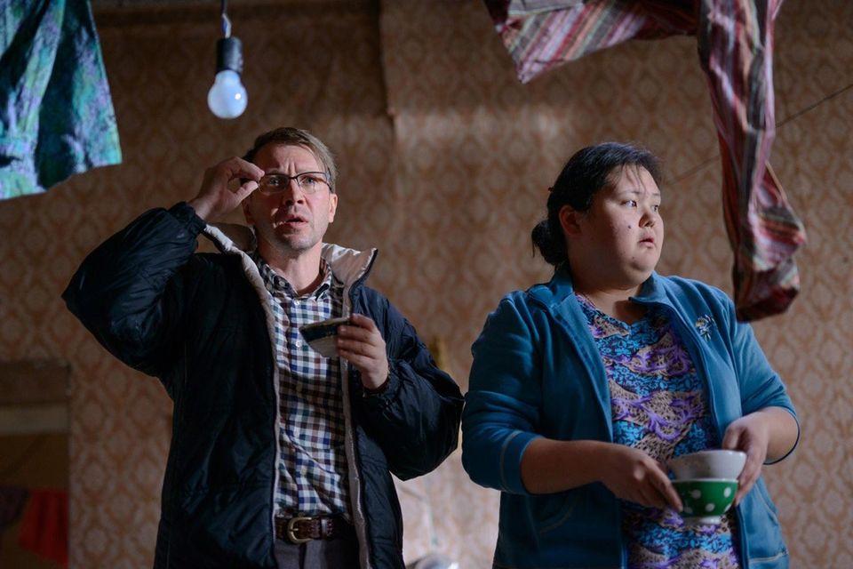 Герою Евгения Миронова в фильме «Норвег» приходится находить общий язык с персоналом из приезжих