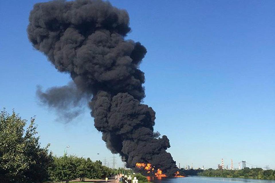 По данным МЧС, на левом берегу Москвы-реки горели 100 погонных метров травы и 4 кв. м горюче-смазочных материалов