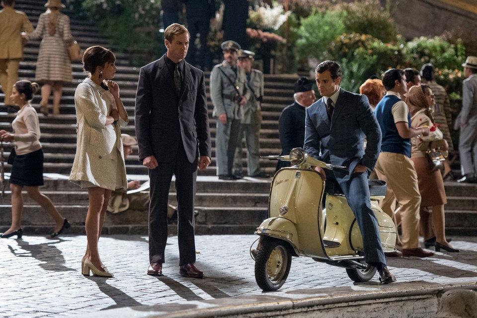 Шпионы в Риме 1960-х: американец (на мотороллере) приобщается к сладкой жизни, русский (с напряженным выражением лица и сжатым кулаком) хочет поскорее кому-нибудь вломить