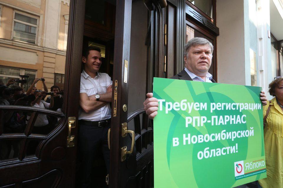 Требования лидера «Яблока» Сергея Митрохина (справа) ЦИК оставил без внимания, но костромской список «Парнаса» во главе с Ильей Яшиным (слева) все же восстановил