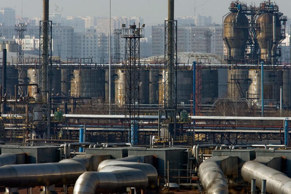 В мэрии считают, что авария на трубопроводе, ведущему к МНПЗ, стала причиной разлива нефтепродуктов на Москве-реке