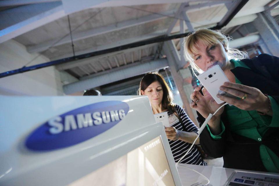 В результате изгнания из двух сетей с начала июня 2015 г. по середину июля (с 23-й недели года по 29-ю) доля смартфонов Samsung на российском рынке в штуках сократилась с 25,6 до 17,6%