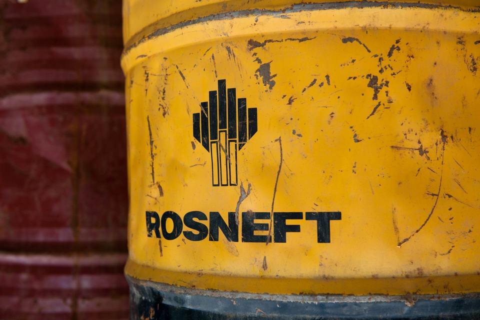 """По словам Сечина, """"Роснефть"""" продолжит снижать капитальные затраты при сохранении зарплат"""