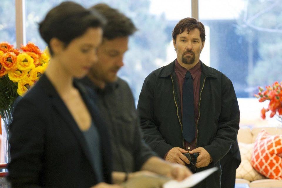 У актера-режиссера Джоэла Эджертона весь фильм такое выражение лица, что зритель хорошо понимает героев Ребекки Холл и Джейсона Бейтмена, которые не хотят с ним дружить