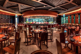 Novikov Restaurant & Bar в Дубае оборудован открытой кухней и витриной с морепродуктами