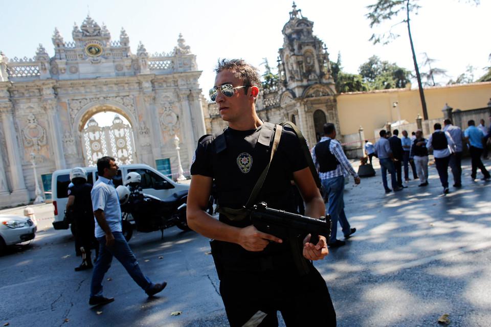 Дворец Долмабахче в Стамбуле после перестрелки