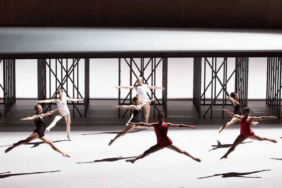 Минималистская хореография Люсинды Чайлдс строго подчинена такой же аскетичной музыке Джона Адамса