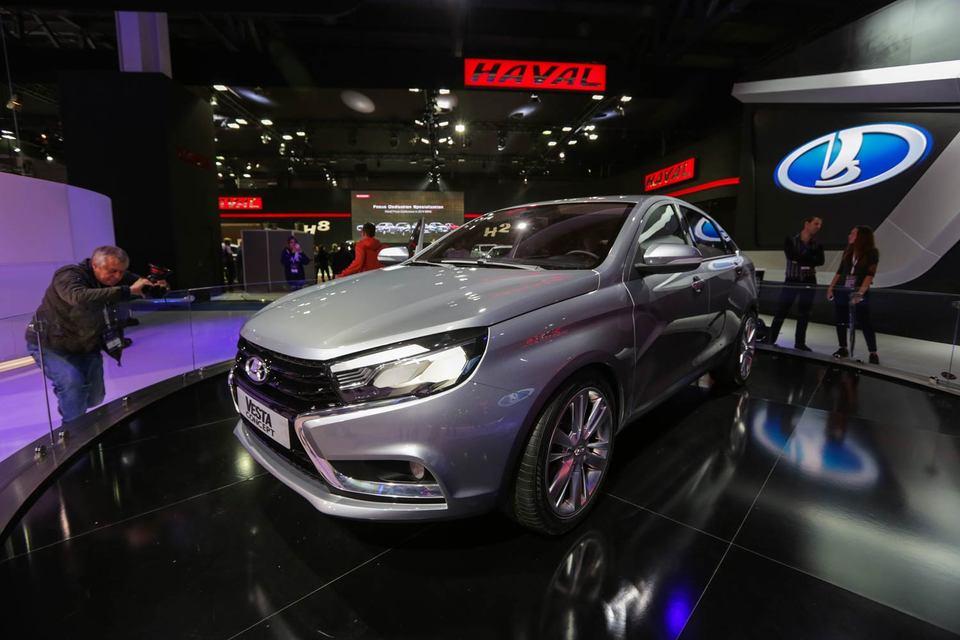 В 2016 г. рост доли локальных машин продолжится, прежде всего за счет новых моделей лидера рынка «АвтоВАЗа» – Lada Vesta (на фото) и Lada Xray, считают Бончев и Беспалов