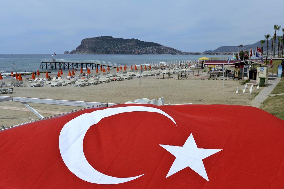 В первом полугодии 2015 г. число российских туристов сократилось на 24% до 1,45 млн человек, свидетельствуют данные министерства культуры и туризма Турции