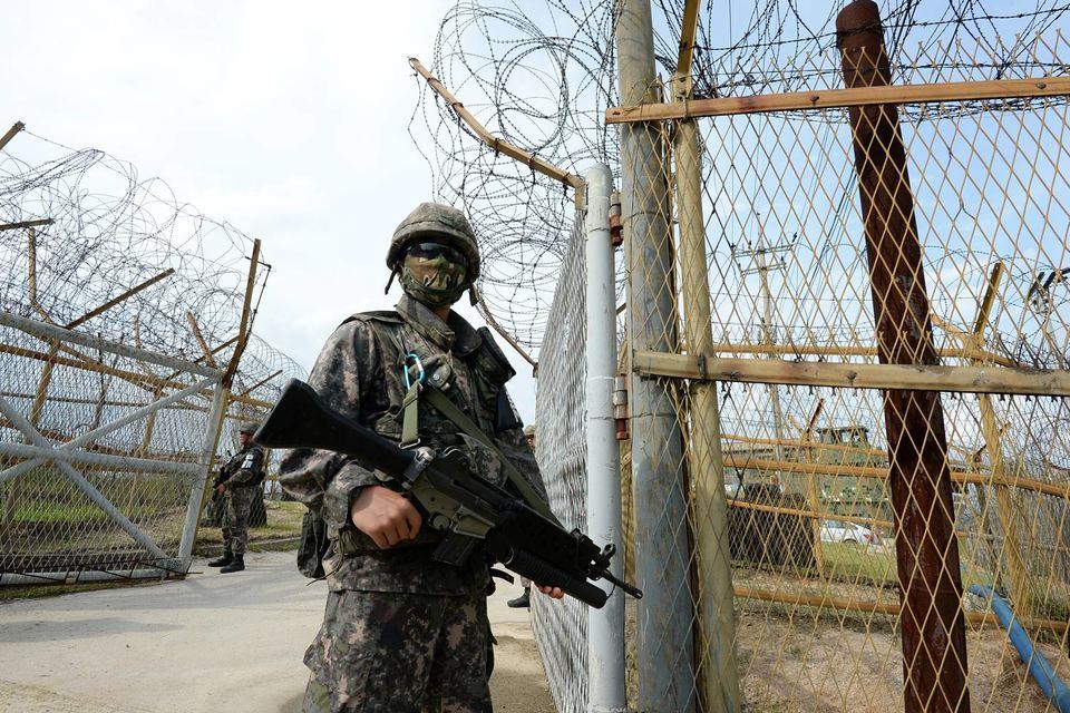 Эскалация началась после того, как Южная Корея обвинила северян в подрыве своих военнослужащих на мине в демилитаризованной зоне и после этого включила агитационные репродукторы