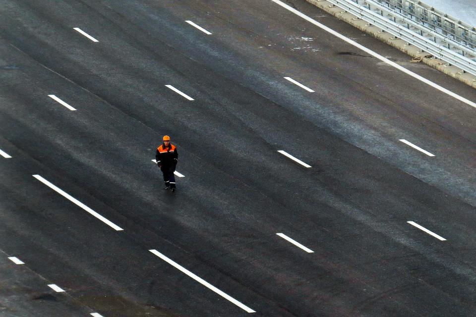 Федеральные расходы на новое дорожное строительство в этом году заморожены, а московские – лишь чуть снижены