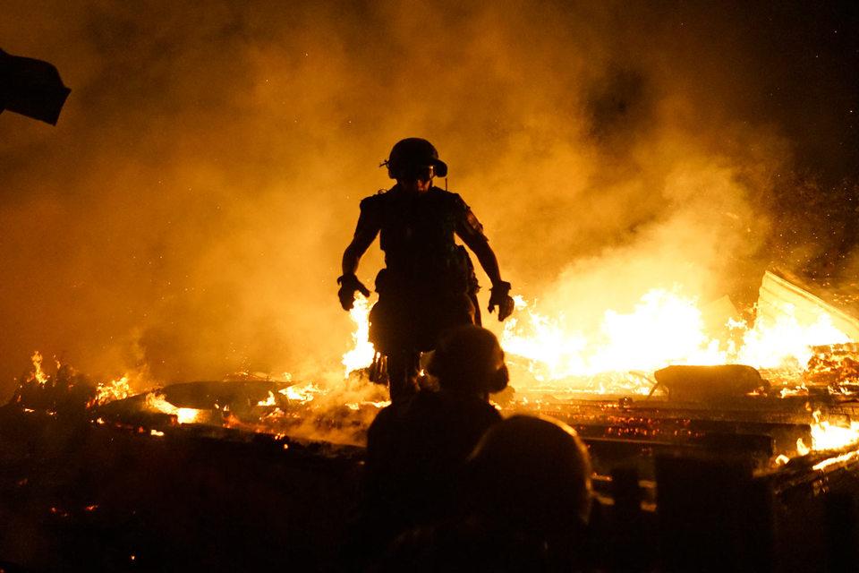 16 августа. Вечер. Донецк. Пожарные тушат дом, загоревшийся после артобстрела