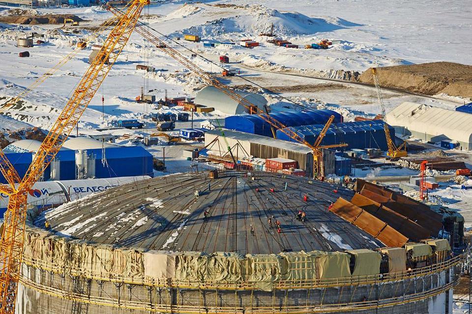 Сейчас у «Новатэка» 60% в проекте, еще по 20% у французской Total и китайской CNPC. «Новатэк» хочет снизить долю, но сохранить контрольный пакет