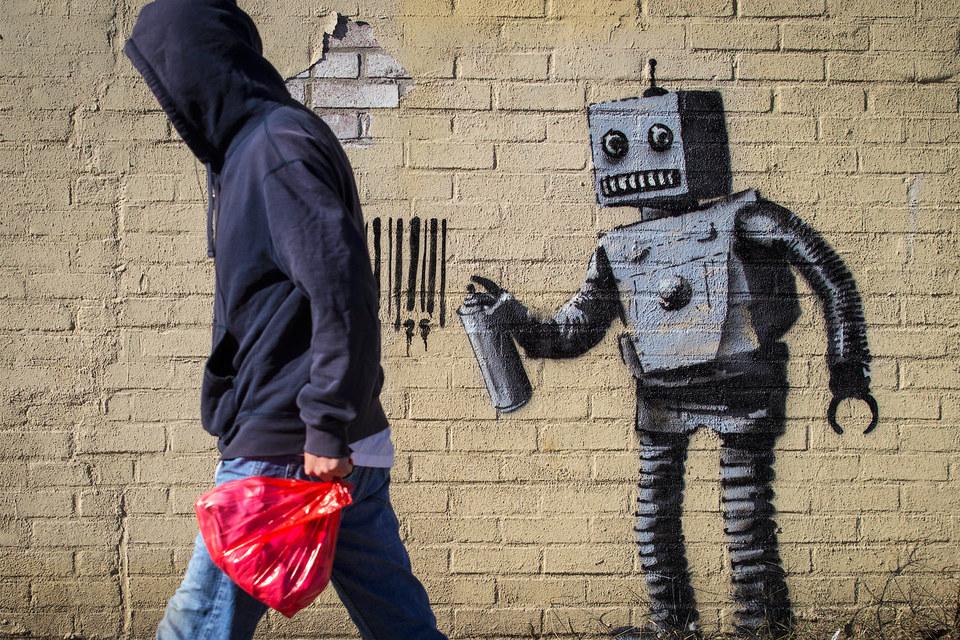 """Инсталляция британского художника Бэнкси """"Робот и штрих-код"""" на стене в районе Кони-Айленд в Нью-Йорке"""