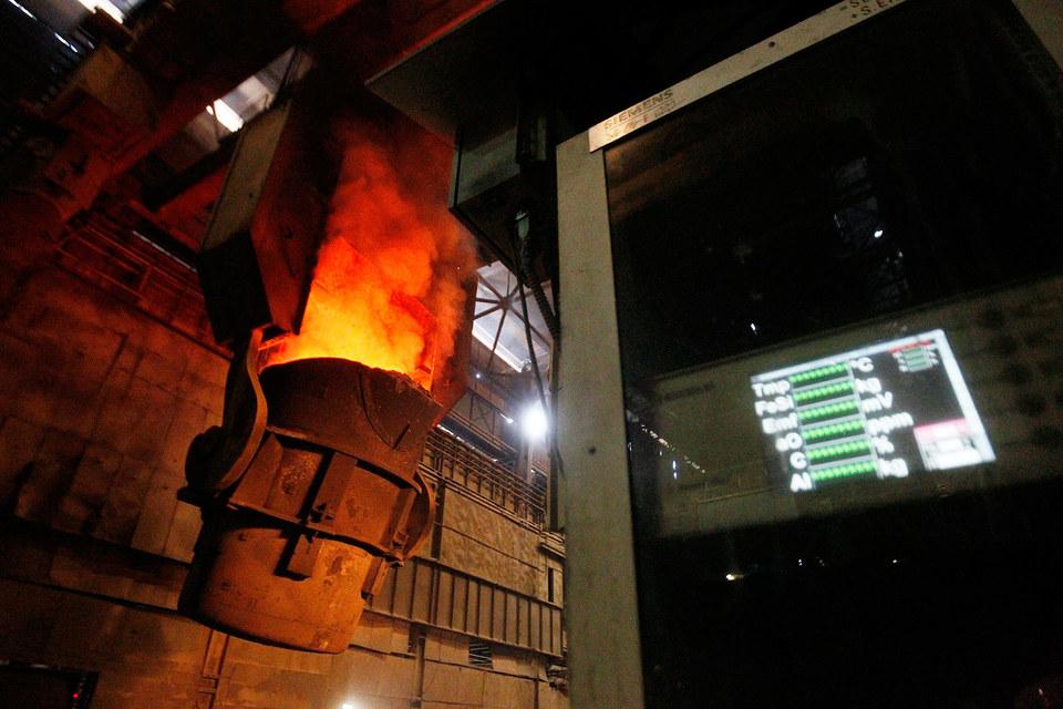Металлургов спасает тонущий рубль