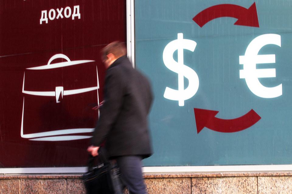Рубль уступает позиции вслед за нефтью, которая корректируется после пятничного взлета цен