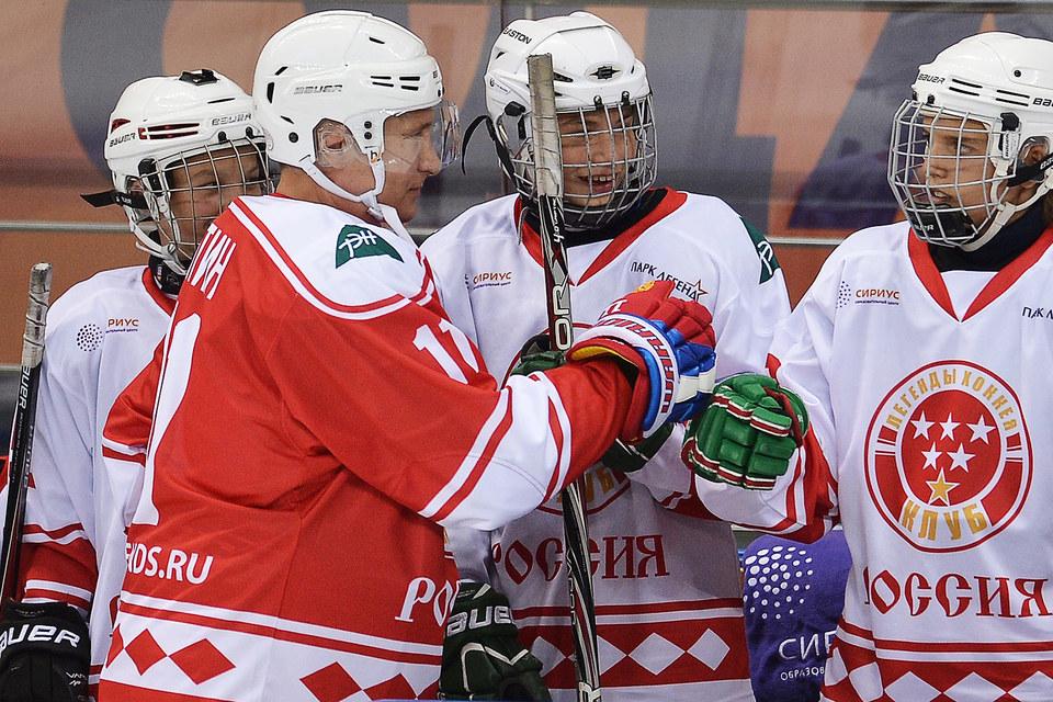 Владимир Путин проявлял активность на площадке, в чем ему ассистировали партнеры по команде