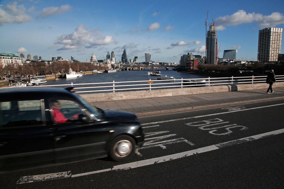 Исторически стоимость поездок в кэбах определялась по счетчику в зависимости от пройденного расстояния и времени согласно шкале, установленной транспортным управлением Лондона