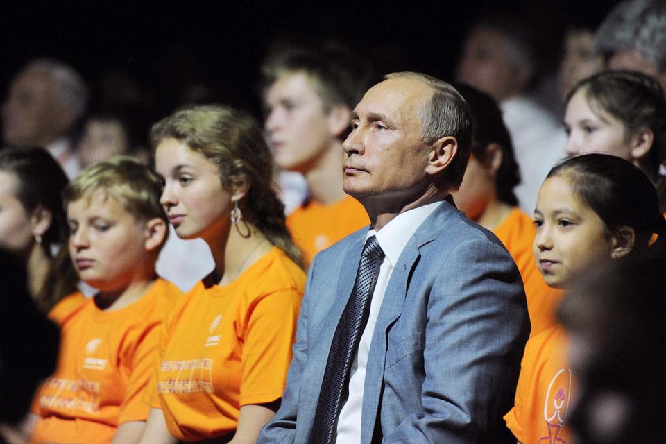Путин начал с экскурса в историю, обратив внимание на особую роль молодого поколения в развитии страны и напомнив о тех, кто не боялся брать на себя ответственность