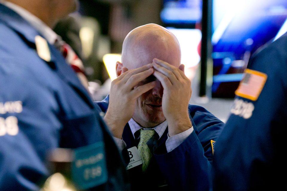Топ-менеджеры Goldman отмечают, что трейдеры стали избегать рисков не только из-за опасения убытков, но и из-за нежелания привлекать внимание специалистов по надзору и регуляторов