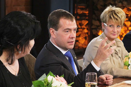 Премьер-министр Дмитрий Медведев  и председатель совета директоров «Трансаэро» Ольга Плешакова