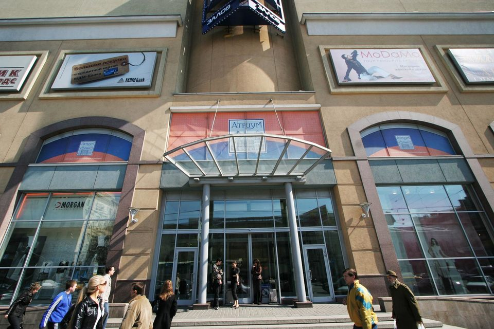 Торговый центр «Атриум» занимает площадь свыше 100 000 кв. м и включает в себя магазины, кинотеатр, рестораны и развлекательный парк «Атрилэнд»