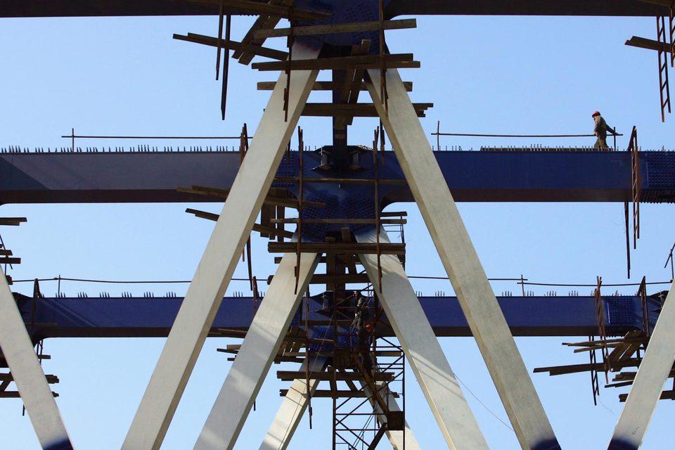 Мост строят второй год, но пока только китайцы свою часть (1,9 км)
