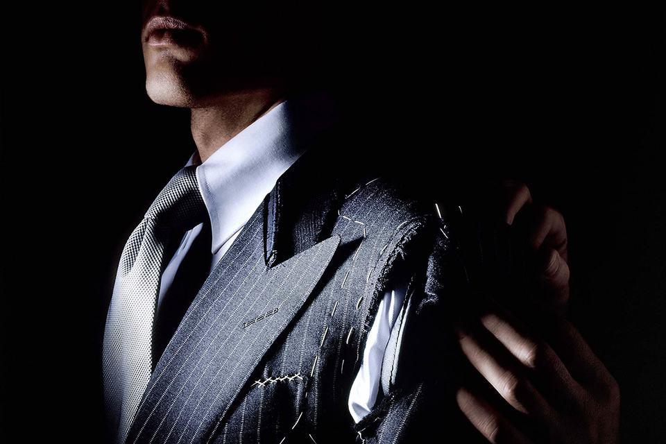 Услуга индивидуального пошива дает возможность не только заказать костюм по меркам, но и выбрать ткань, детали отделки или особенности кроя