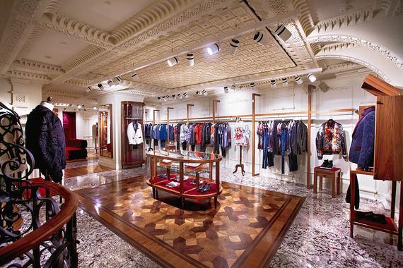 35840e772cef В обновленном Dolce & Gabbana на 1500 кв. м представлены коллекции женской  и мужской одежды