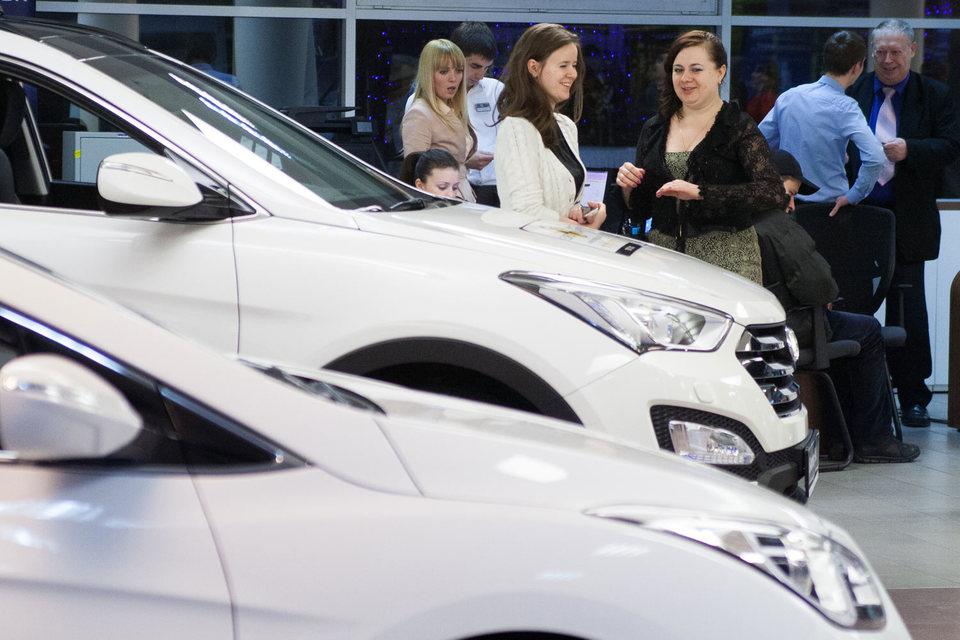 На показателях отразилось недавнее резкое ослабление рубля, считает председатель комитета автопроизводителей АЕБ Йорг Шрайбер
