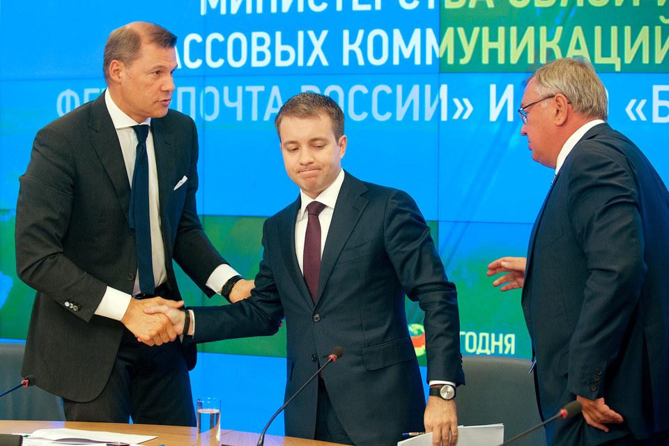 Гендиректор «Почты России» Дмитрий Страшнов (на фото слева), министр связи Николай Никифоров (в центре) и предправления ВТБ Андрей Костин (справа) договорились о партнерстве