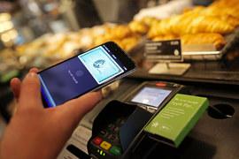 Пока с помощью системы Apple Pay можно платить только в США и Великобритании